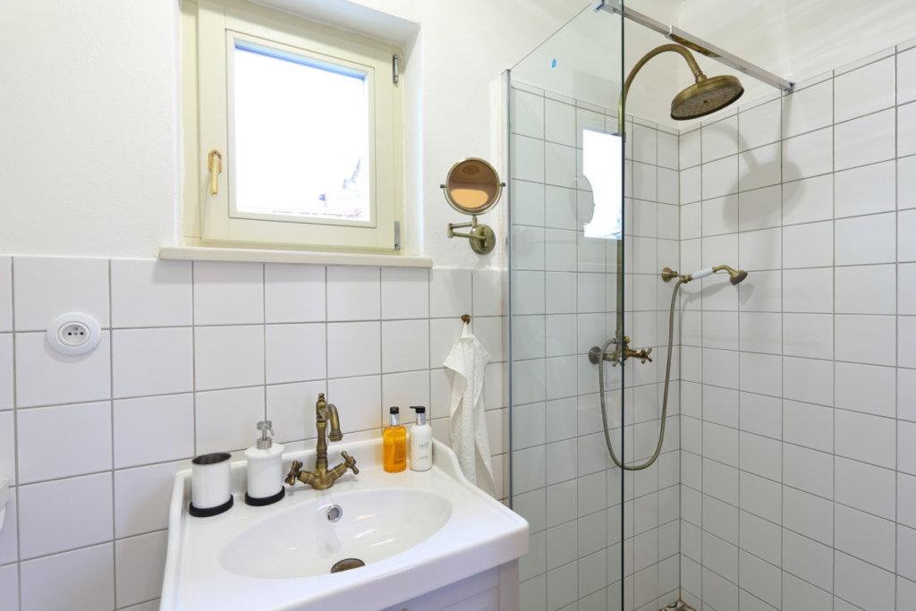 sprcha v koupelně retro