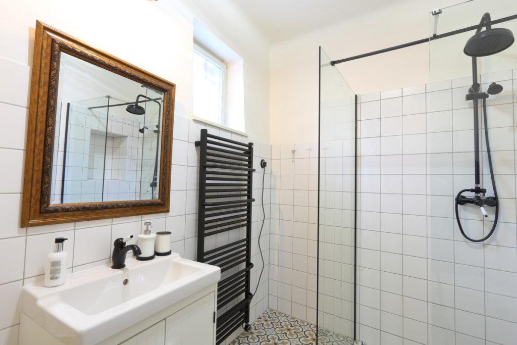 hotelová koupelna příbor